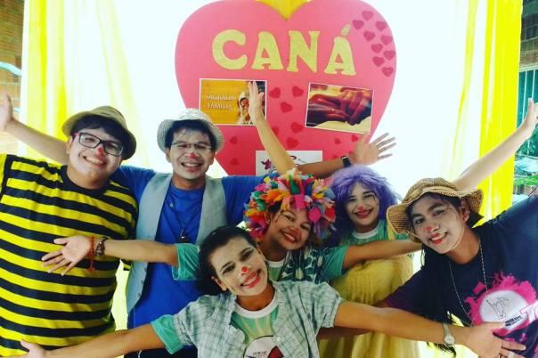Clowns na frente do cartaz do Caná