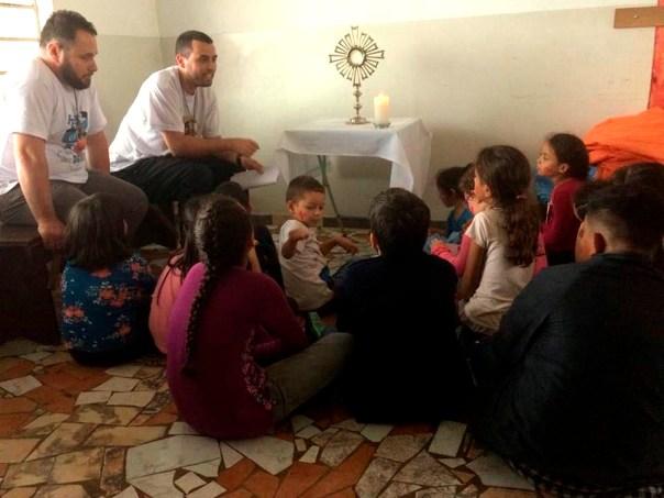Crianças fazem Adoração ao Santíssimo
