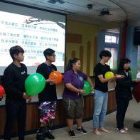 Jovens participam de dinâmica com balões coloridos