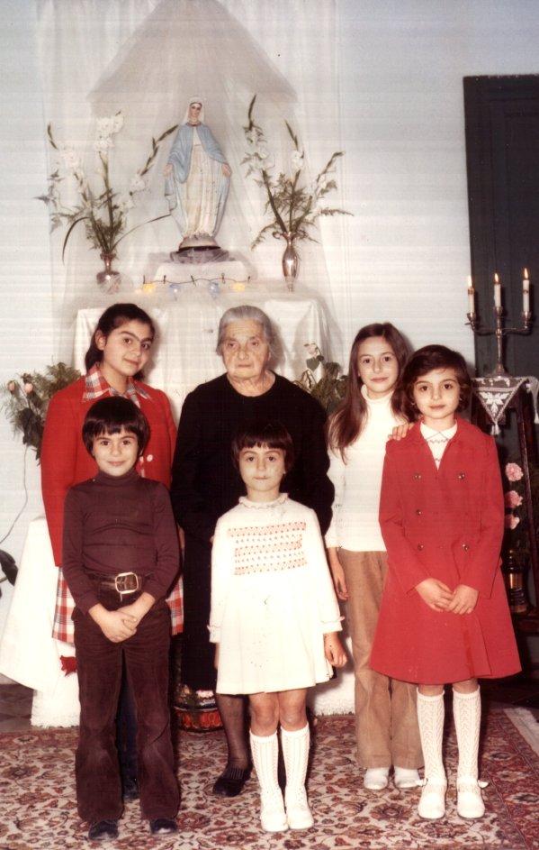 Maria Paola, com avó, irmãs e primos