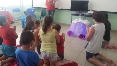 Crianças oram em frente da imagem de Nossa Senhora