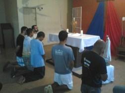 Durante oração das Mil Ave-Marias, acolhidos recebem oração