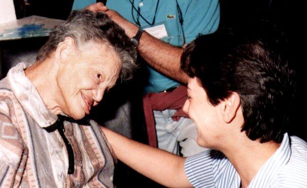 Maria Paola conversa com Cléia, uma das primeiras Vítimas de Misericórdia.