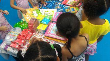 Crianças lêem livros doados