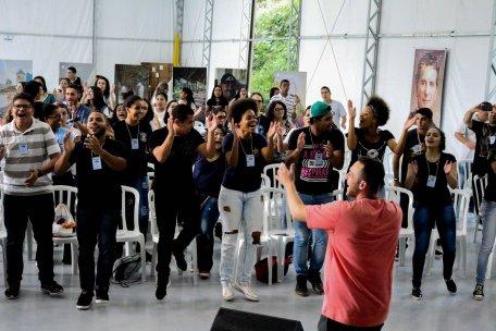 Jovens cantam e dançam.