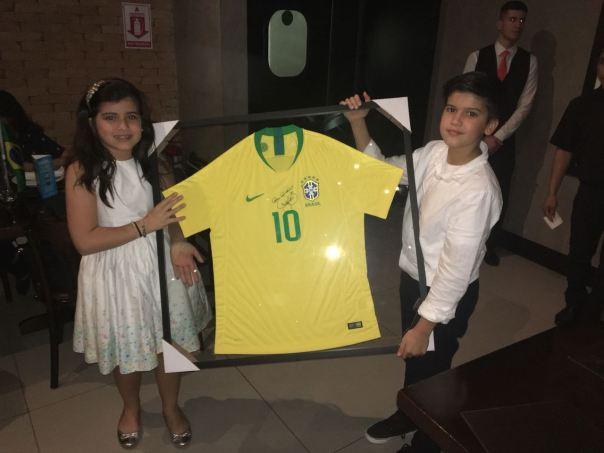 crianças seguram camiseta de Neymar