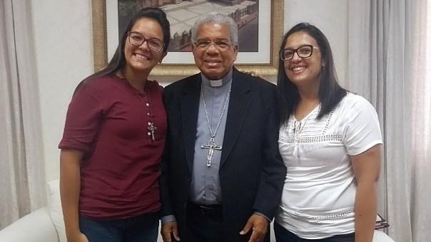 Dom Francisco Ozoria Acosta com as missionárias da Aliança