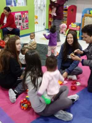 Alunas interagem com crianças da Creche