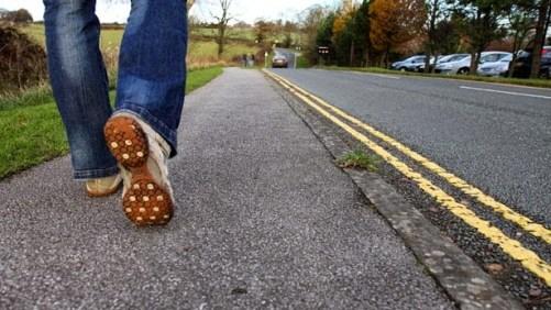 pessoa caminha na estrada