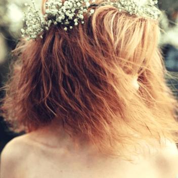 mulher com o cabelo no rosto