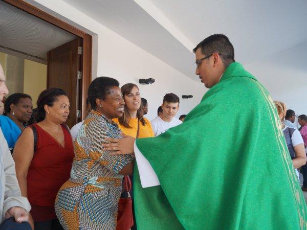 Pe. Luiz Paulo cumprimenta paroquianos ao final da Missa.