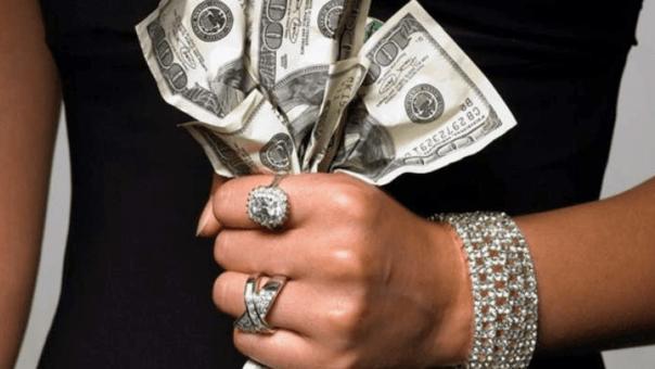 mulher segura notas de dólar na mão
