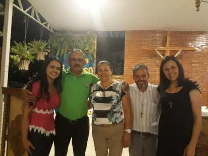 Keyliane, seus pais e o casal Vivian e Ângelo.