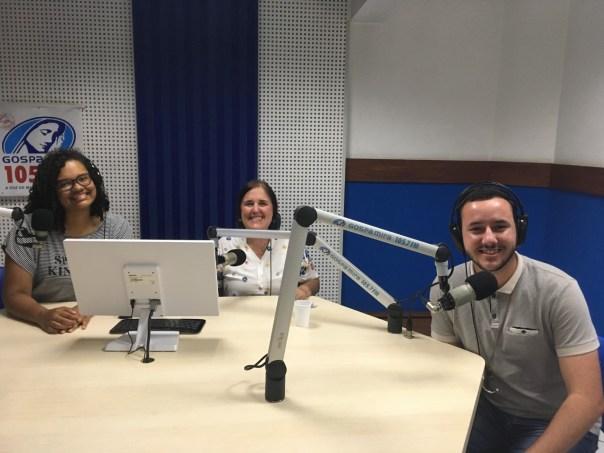 André com missionários na rádio