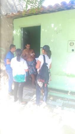 Missionários abordam uma pessoa