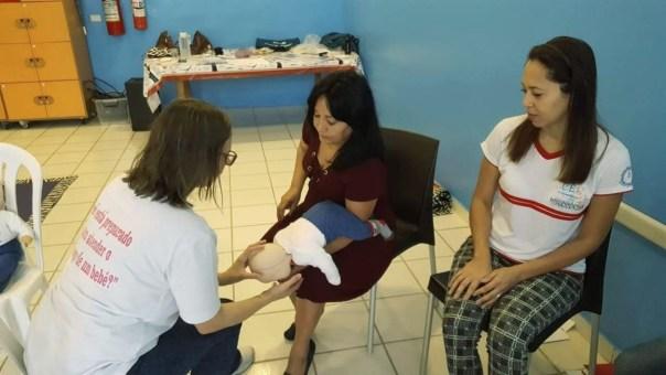 Instrutora ensina como socorrer um bebê