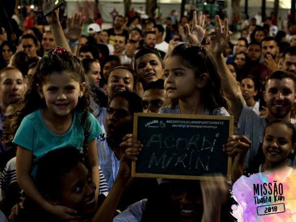 Duas crianças assistem ao show do Acordi