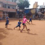 Crianças jogam futebol no Moinho