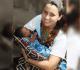 A missionária Rosana com a bebê que recebeu o seu nome