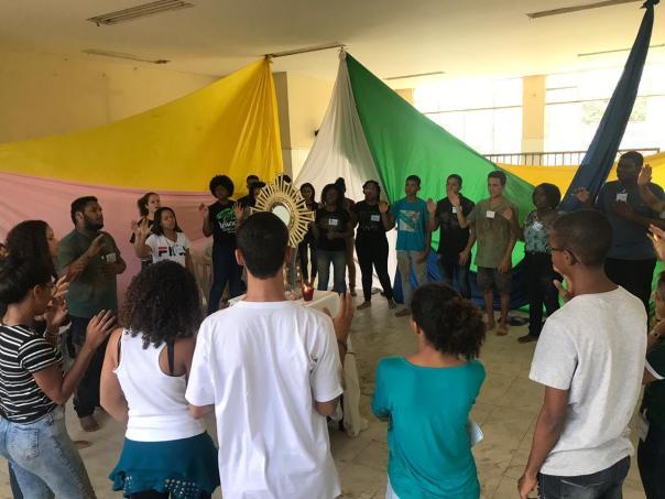 Jovens participam de momento de adoração em Senador Camará