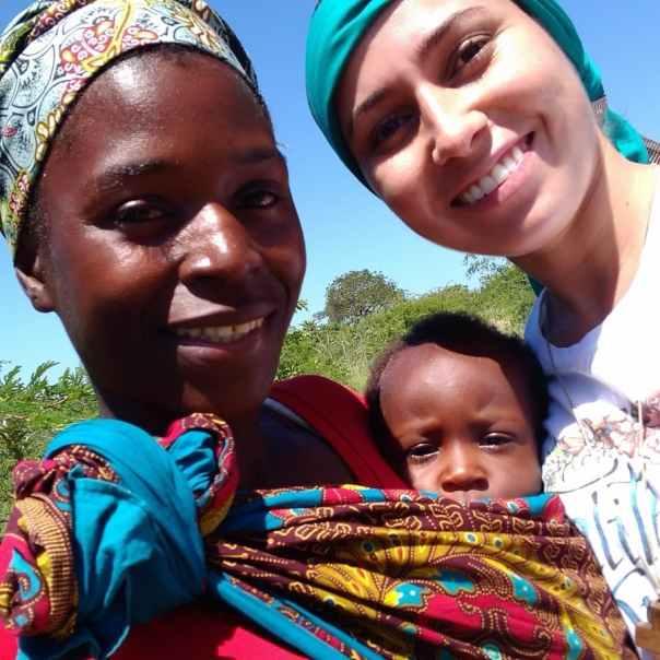 Rosana com mãe e criança em Moçambique