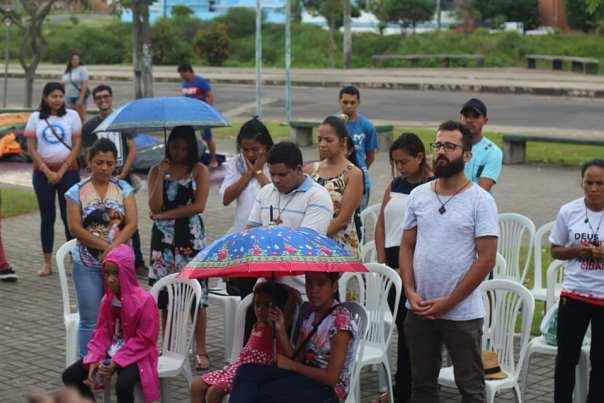Pessoas se reunem mesmo embaixo de chuva para a Missa na Misericórdia em Manaus.