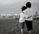 Dois irmãos abraçados