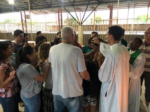 Padres oram pelo povo durante encontro de espiritualidade para os adultos