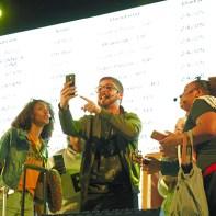 Cena do musical ao redor do smartphone. (Foto: Mônica Santi)
