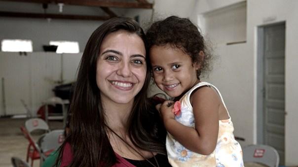Missionária com criança venezuelana