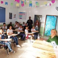 Bia Doria conversa com crianças na sala de aula