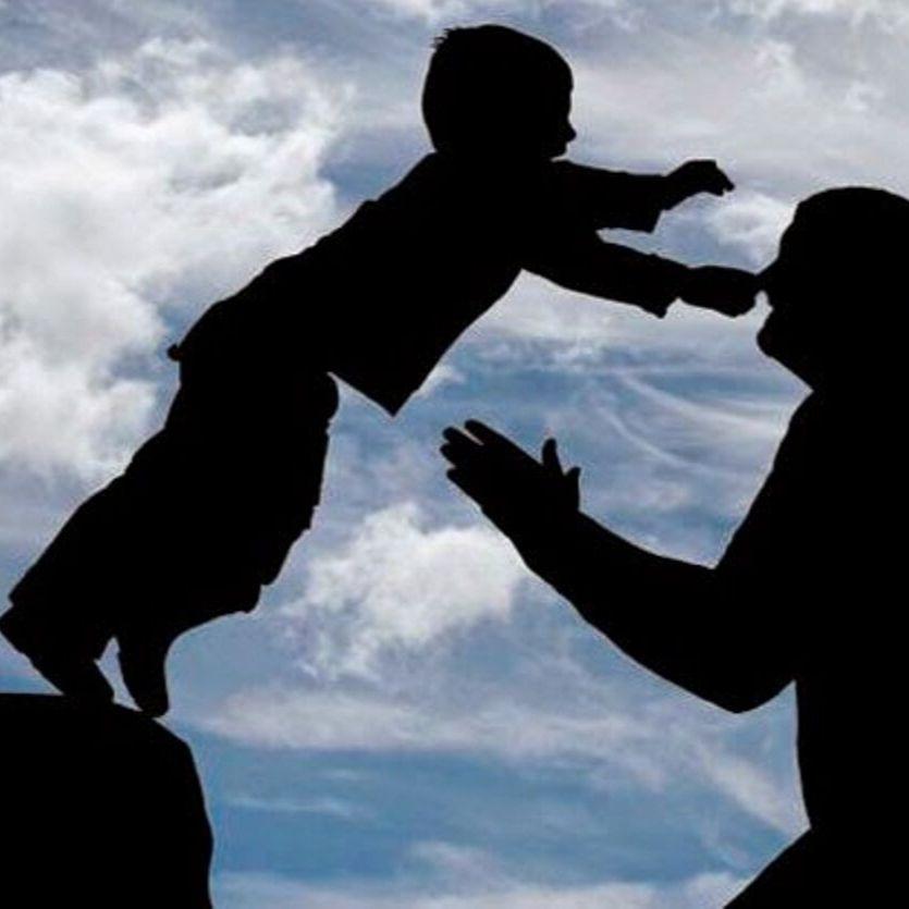 Criança se joga nos braços do pai.