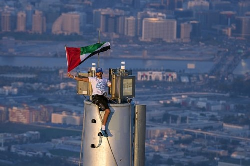HH Sheikh Hamdan raises UAE national flag atop Burj Khalifa