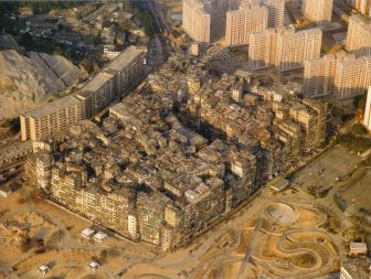 By Ian Lambot - http://cityofdarkness.co.uk/order-print/01-aerial-view/Also found in the book City of Darkness - Life in Kowloon Walled City by Ian Lambot (ISBN 1-873200-13-7)., CC BY-SA 4.0, https://commons.wikimedia.org/w/index.php?curid=56276674