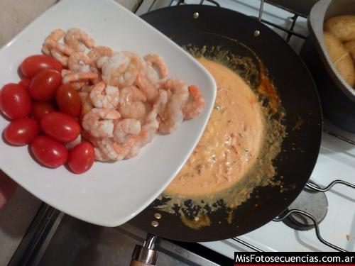 Gnoquis con crema de tomates cherry y camarones