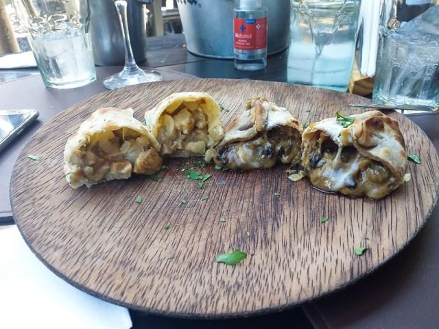 Empanadas y bife de chorizo en Los Aroza