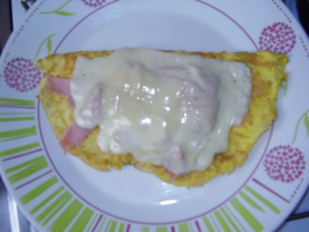 Omelette con jamón y queso