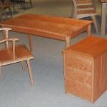 机と肘掛椅子