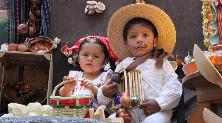 TOLUCA, México.- Fieles católicos acudieron este día de Corpus Christi a escuchar la tradicional misa de medio día, niños y niñas fueron vestidos de indígenas y algunos se tomaron la foto en los escenarios que se colocan alrededor de la Catedral de Toluca para tener un recuerdo de este día. Agencia MVT / Crisanta Espinosa. (DIGITAL)