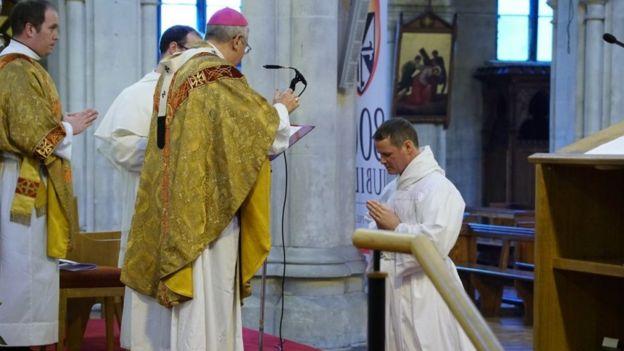 Phil Mulryne en el momento de su ordenación