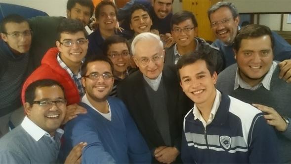Mons. Carlos Ñañez, Arzobispo de Córdoba con un grupo de jóvenes de Emaús