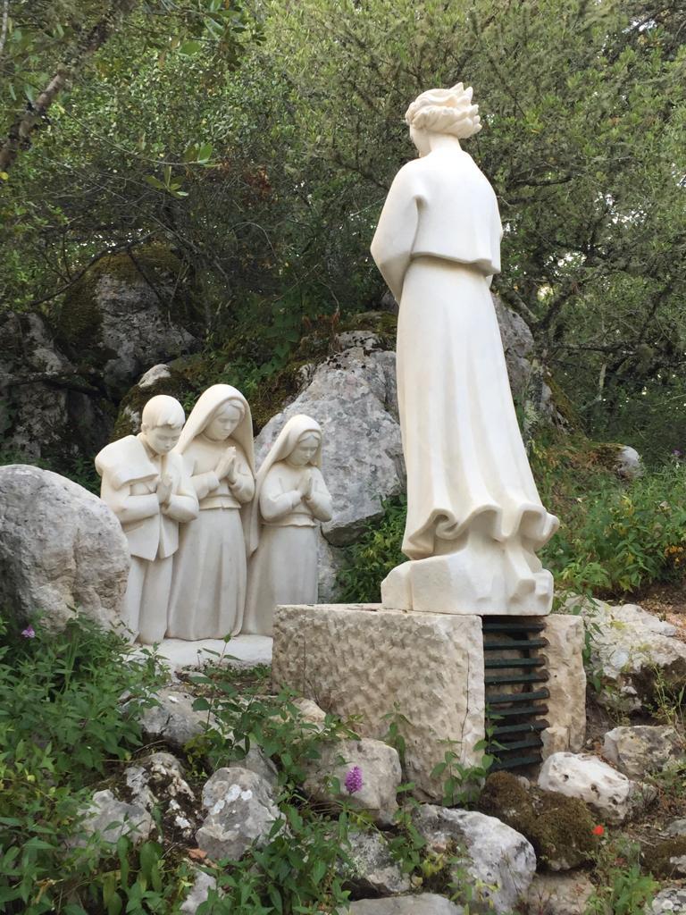 Conjunto de imagenes situadas en el lugar donde el Angel les enseńa alos pastorcitos a rezar