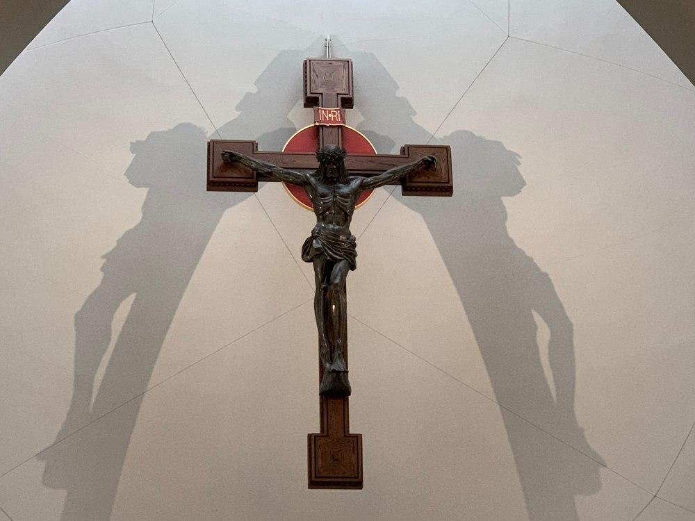 Crucifijo sobre el Altar Mayor