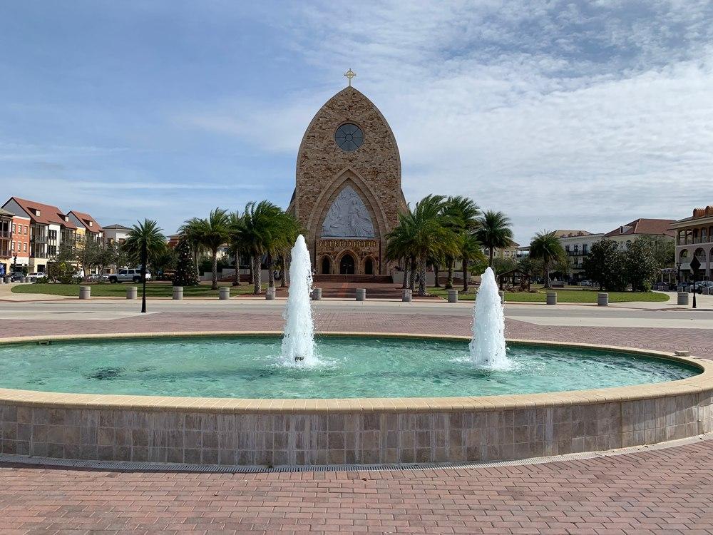 Frente de la Iglesia desde el ingreso a la Universidad