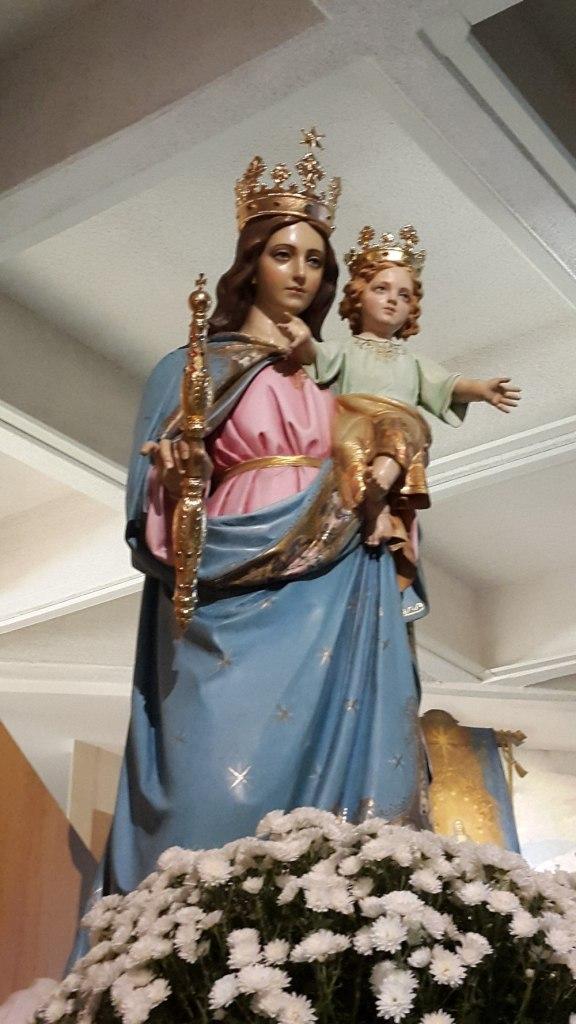 Imagen de Maria Auxiliadora en una costado del altar
