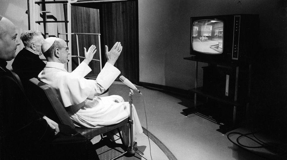 san Paulo VI observando la llegada del hombre a la luna