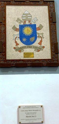 Placa conmemorativa al Papa Francisco