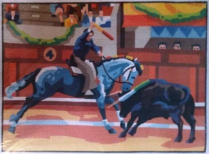 REJONEO: Tela panamá con dibujo impreso de rejoneo de toro a caballo, para bordar a punto de cruz