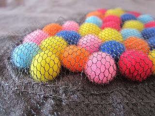 mis nancys, mis peques y yo, tutorial aplique camiseta con pompones, detalle colocación pompones