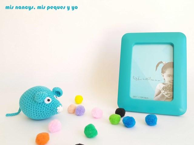 mis nancys, mis peques y yo, ratón amigurumi azul decorando marco de fotos